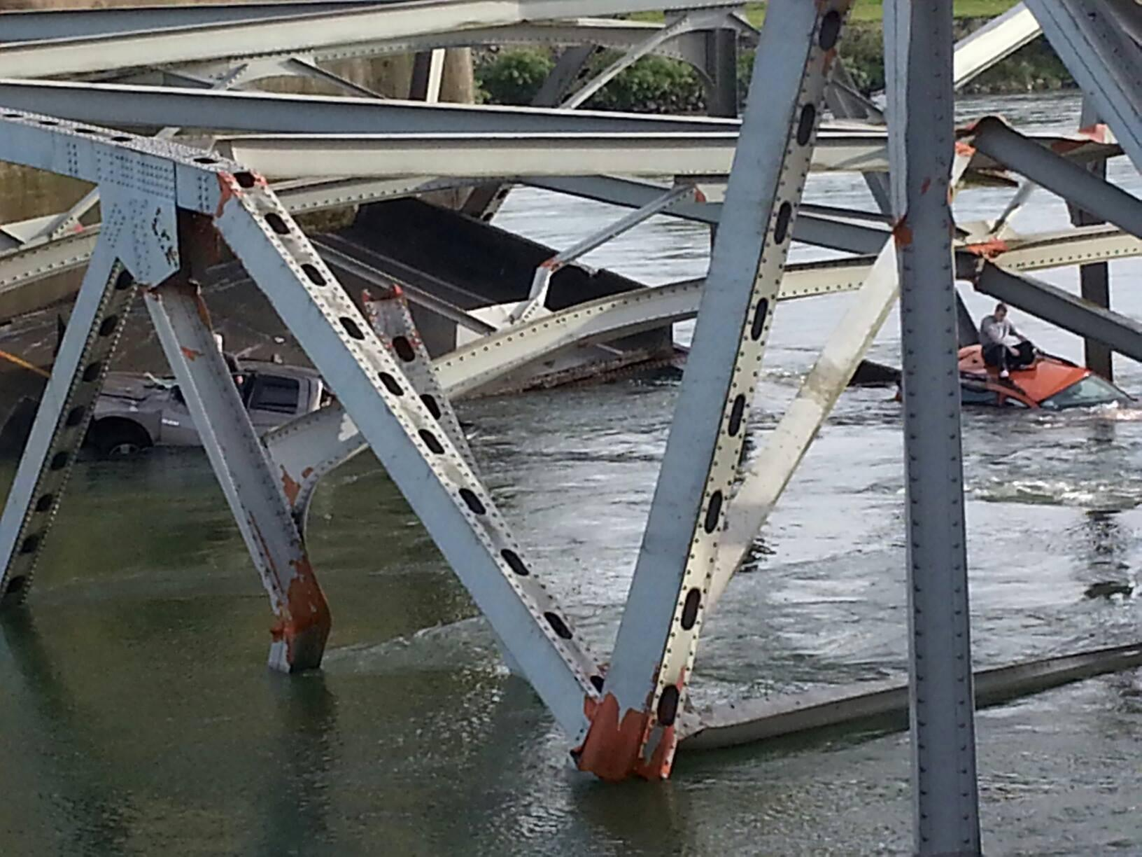 Photo: Man takes refuge on roof of car after bridge collapses in Washington - @King5Seattle