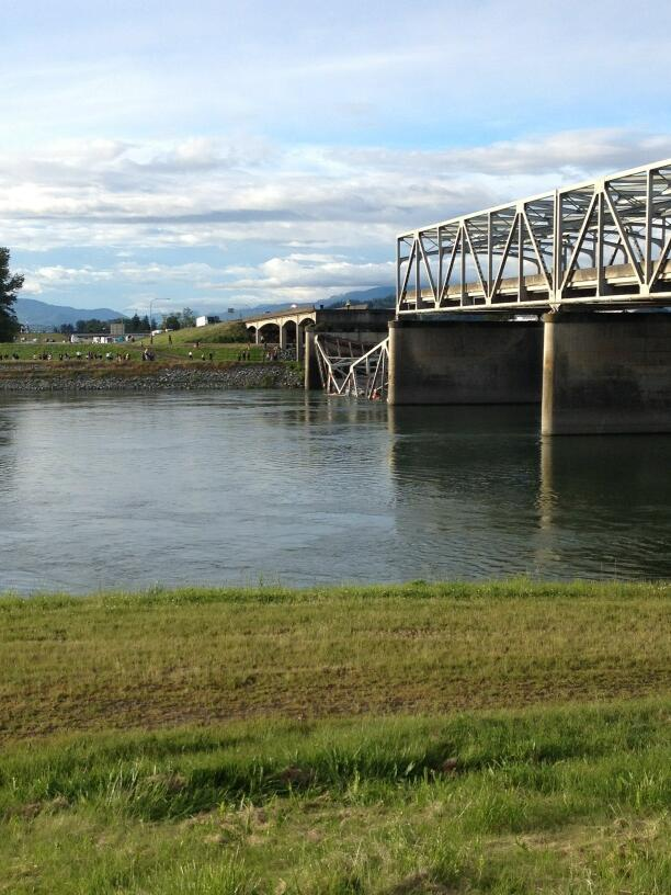 Photo: Portion of I-5 bridge over Skagit River in Washington collapsed into water - @Gina_SVH