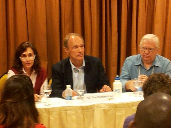 Brasil exerce um papel de liderança ao apresentar o Marco civil da Internet, diz @timberners_lee #www2013 pic.twitter.com/wVAwpq2nJy