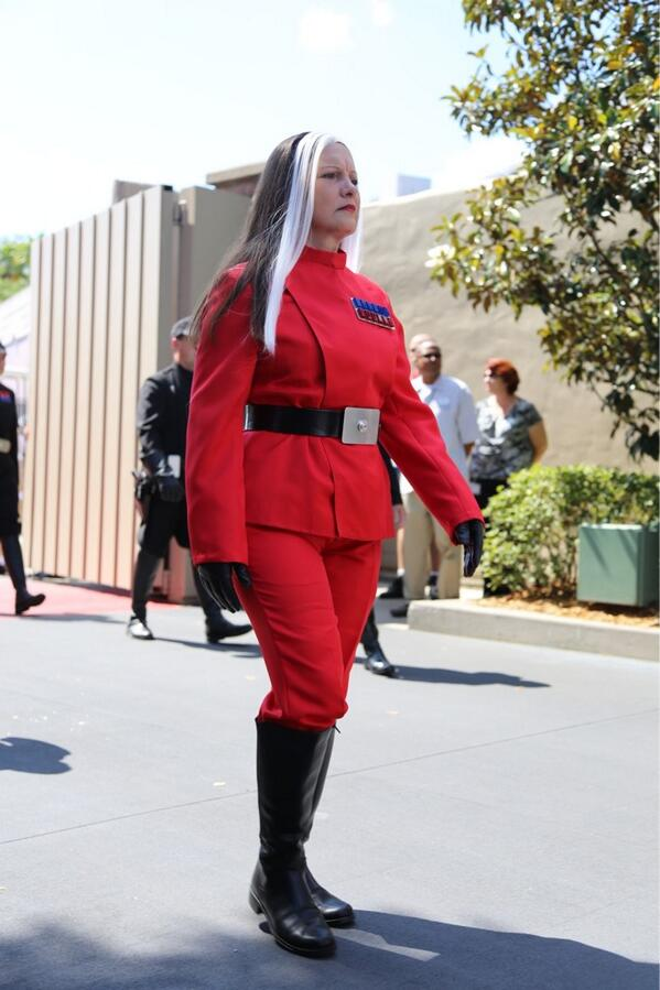 A brilliant Ysanne Isard cosplayer spotted at #StarWarsWeekends #SWEU cc: @MikeStackpole pic.twitter.com/Lgiu2SSa3i
