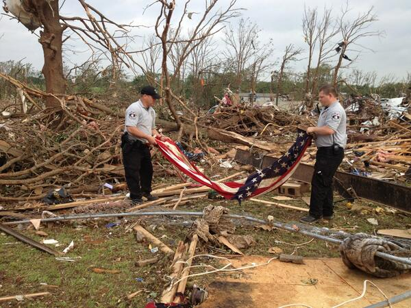 OK TORNADOES: @OkCountySheriff deputies properly fold flag found tangled & torn in debris. @koconews #okwx pic.twitter.com/FNTZioa7EB