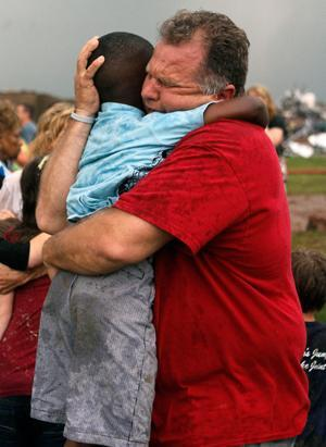 Twitter / ABC: A teacher hugs a child at ...
