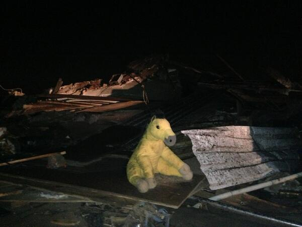 A stuffed animal sits among a pile of rubble in Moore, Oklahoma. #koco http://pic.twitter.com/dXfJ5uNuhL