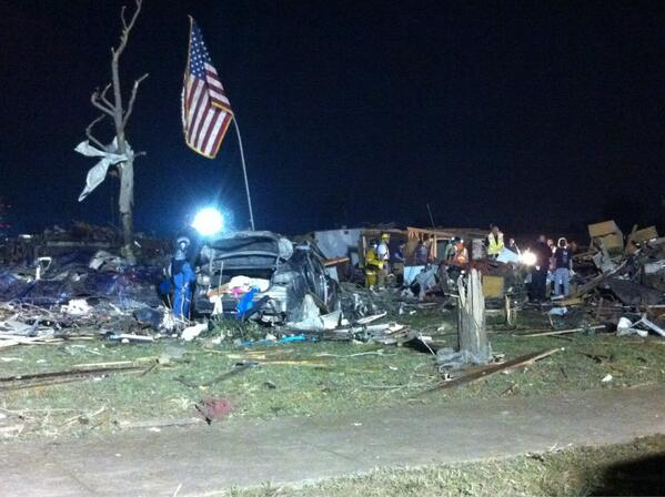 US Marines just found this US Flag buried in the rubble. They raised the flag just now. #MooreOK http://pic.twitter.com/JenDT92zYV