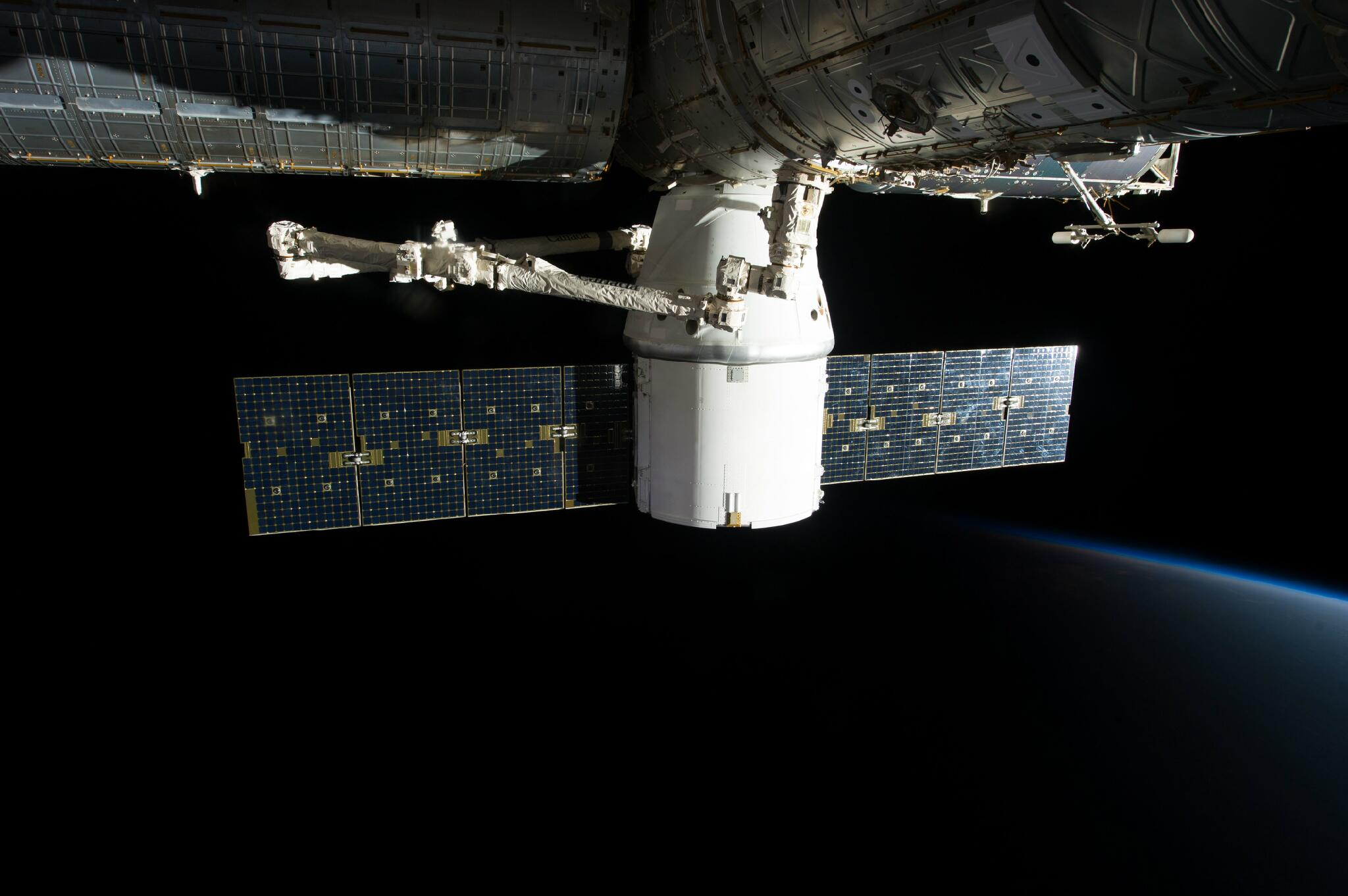 Twitter / elonmusk: Love this image of Dragon docked ...