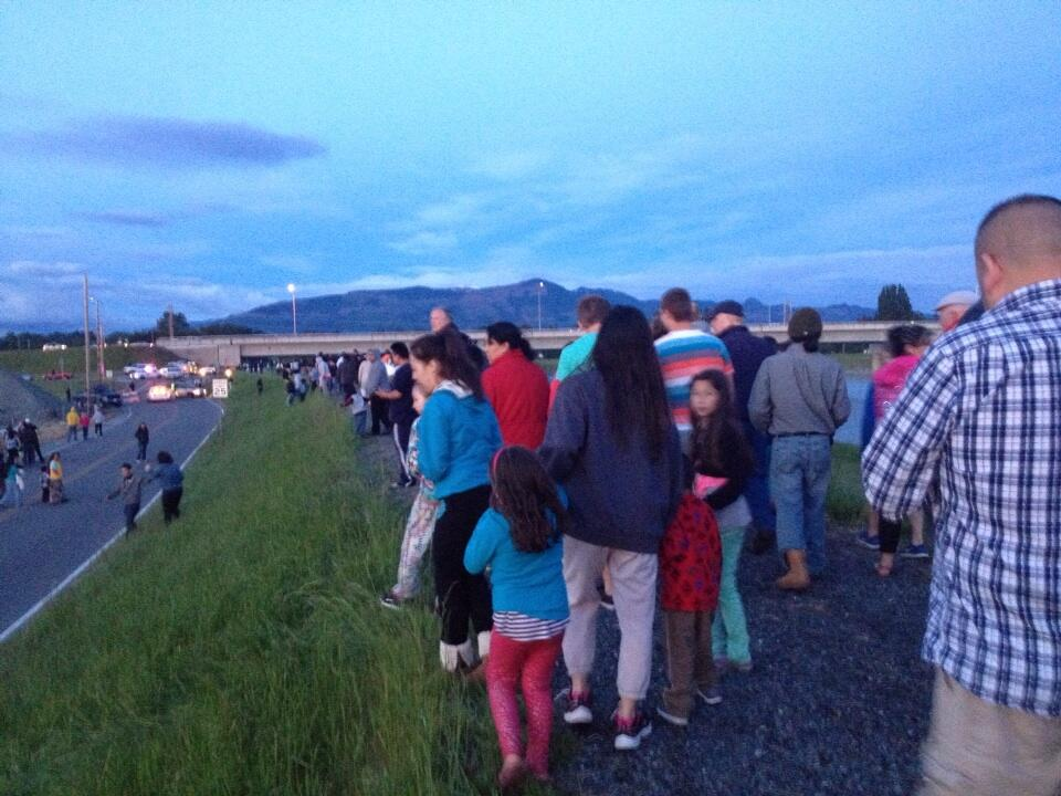 Photo: Police are pushing hundreds of spectators back from I-5 bridge - @AlexaVaughn