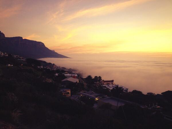 @945Kfm low fog over Camps Bay...what a sight everyone is pulling over. http://t.co/X4vUAlzCwA