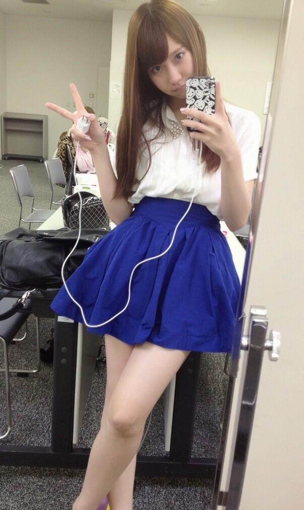 青いミニスカートの永尾まりや