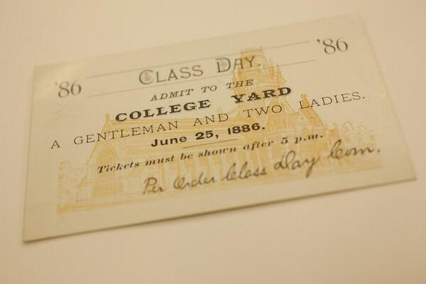 "A Class Day ticket from 1886: ""Admit to the College Yard: A Gentleman and Two Ladies"" #harvard13 pic.twitter.com/XIy4301iw6"