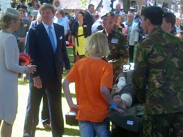 Koningspaar volgt les 43 Gnkcie aan schoolkinderen Dwingeloo: 43Mechbrig middenin de samenleving!#C43Mechbrig http://t.co/g6kM0fOVYh