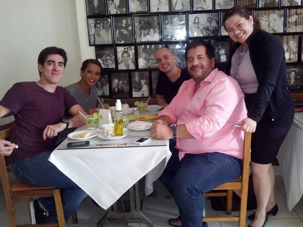 Elenco de O Dentista Mascarado se reúne em restaurante.    2013