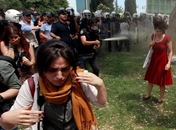 #geziparki nin simgelerinden bu kareyi çeken Reuters'dan Osman Örsal kafasına atılan gaz fişeğinden dolayı çalışamıyr pic.twitter.com/vCGuqy16l2