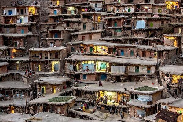 【イラン】Sar Agha Seyyed。イラン南西部ザグロス山脈にある遊牧民の部族集落。あまりに急斜面な場所にあるため道路がなく、代わりに屋根の上の空間をインフラとして使っている不思議な眺めです。