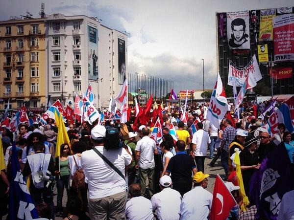 Afternoon rally at #Taksim Square in #Istanbul. via @140journos @elifilgaz http://pic.twitter.com/FdAYJRWrx8