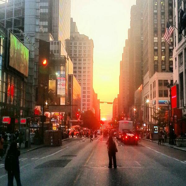 Today's #sunset shut down 34th Steet, NYC.  #NYCIMAGES #NYC #manhattanhenge pic.twitter.com/TXg9fTm7bF