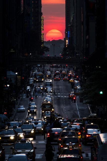 #Manhattanhenge - annual phenomenon  when the sun aligns perfectly with the NY's transit grid. (AP/John Minchillo) pic.twitter.com/8WvSx7Q6sk