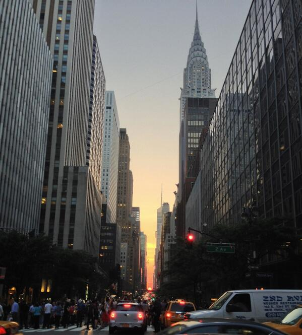 Manhattanhenge, this evening. pic.twitter.com/oiQDELhEBX
