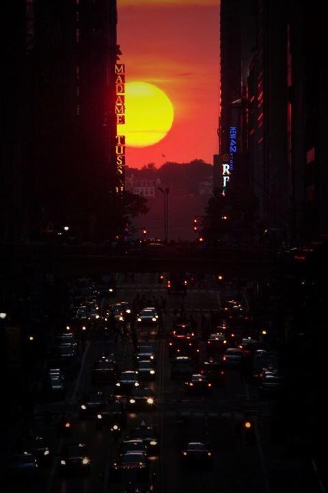 #Manhattanhenge pic.twitter.com/AKsfbCHhLB