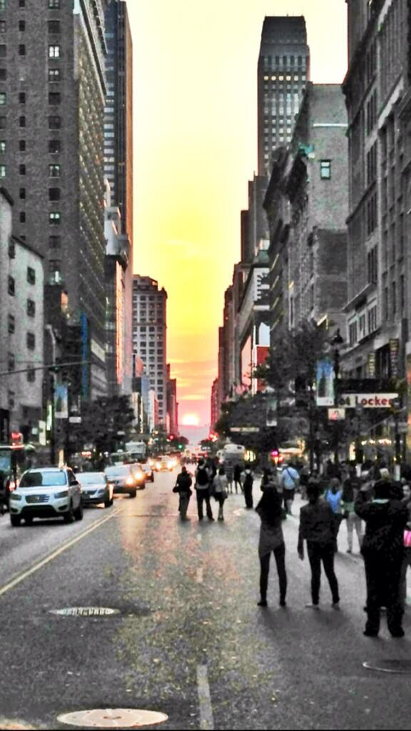 Final night in NYC and I got to witness #manhattanhenge - where the sun sets between buildings (ping: @CosmicRami ) pic.twitter.com/KPX08oWxRn