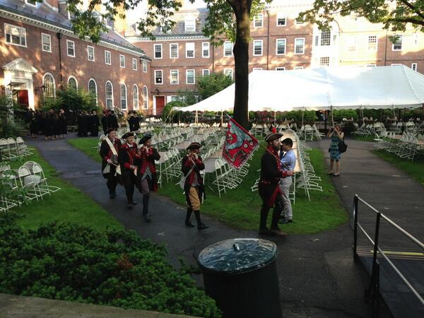 Happy Commencement! The Bedford Militia is processing around the Kirkland House quad. #Harvard13 pic.twitter.com/KYqVwtAtoN