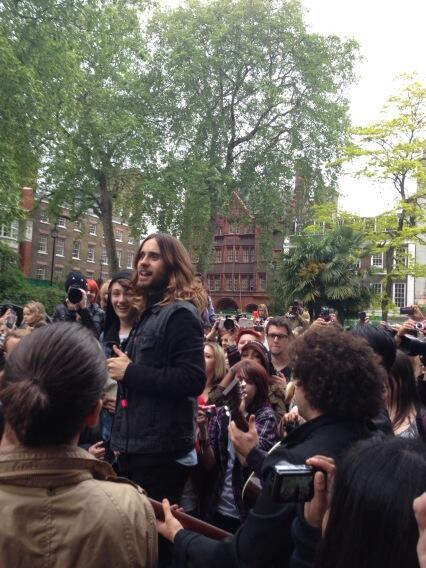 Concert improvisé à Londres - #MarsFlashLondonShow BLhhERDCAAEqKIQ