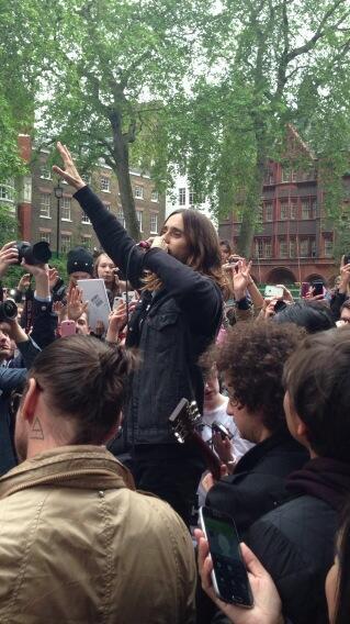 Concert improvisé à Londres - #MarsFlashLondonShow BLhkatJCEAI7Zci