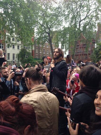 Concert improvisé à Londres - #MarsFlashLondonShow BLhpqH1CEAAk_F8