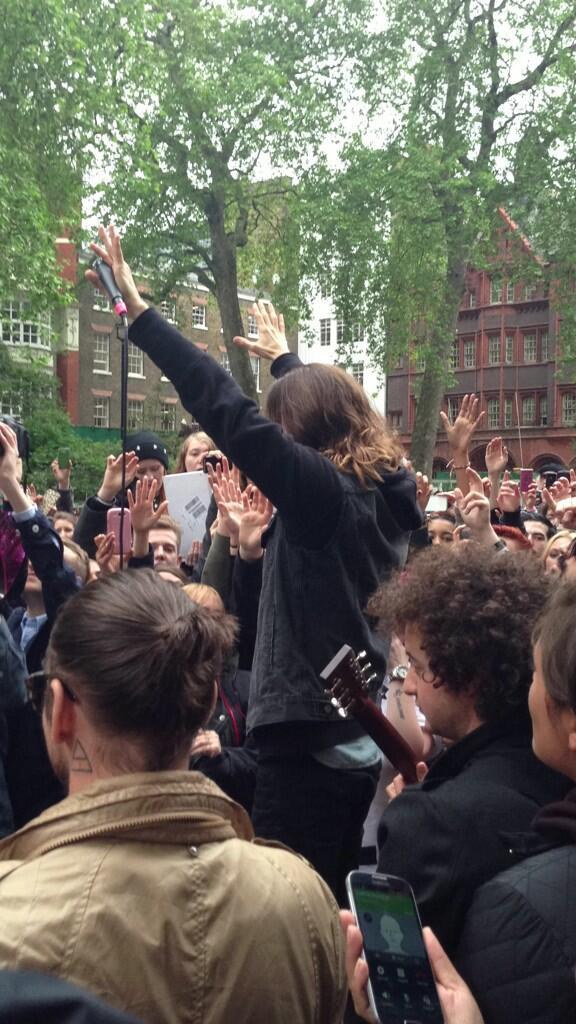 Concert improvisé à Londres - #MarsFlashLondonShow BLhqQifCMAAIP_0