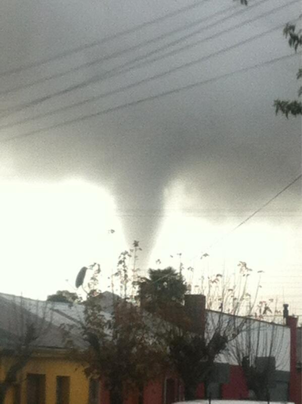 @biobio recién ocurrió algo parecido a un tornado en san Carlos, ahí va una foto de lo que pase hace 10 minutos http://pic.twitter.com/cmdWWAwilB