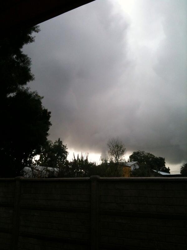 Urgente: Tornado pasa x San Carlos, Ñuble. @biobio @BreakingNewsChi @NUBLEONLINE_ @Cooperativa pic.twitter.com/fqsUQWmsRt