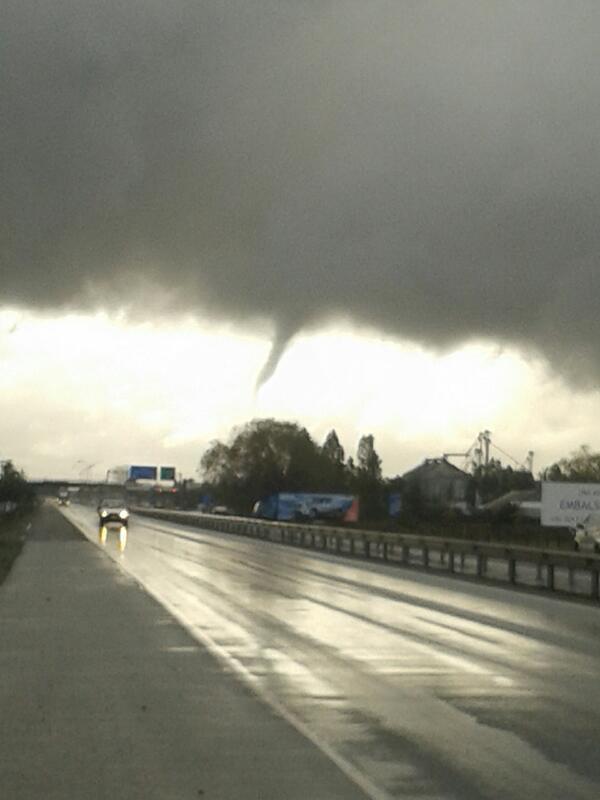 """@Csepulveda1973: pic.twitter.com/JBol993QUA"" tornado pasó por San Carlos Ñuble, volaron techos! Foto desde carretera 5 sur @S_Schwartzmann"