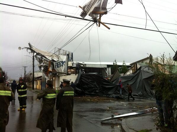Tornado causa destrozos a su paso por #SanCarlos , prov. de Ñuble  ow.ly/lAoJe @24HorasTVN  pic.twitter.com/cE0mlCOfj8