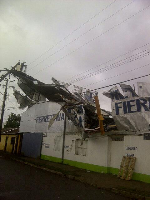 Asi quedo la ferreteria con el tornado en San carlos @biobio @RadioNuble @radiomacarena @elsurcl  @ladiscusioncl http://pic.twitter.com/VauRevJ6kR