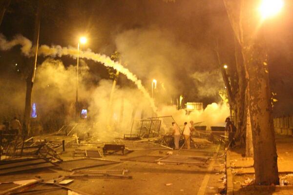 Dün akşam Beşiktaş... Fotoğraf: Volkan Cagalı #direngeziparkı #ŞiddetiDurdurun pic.twitter.com/7tcHj8NNjk
