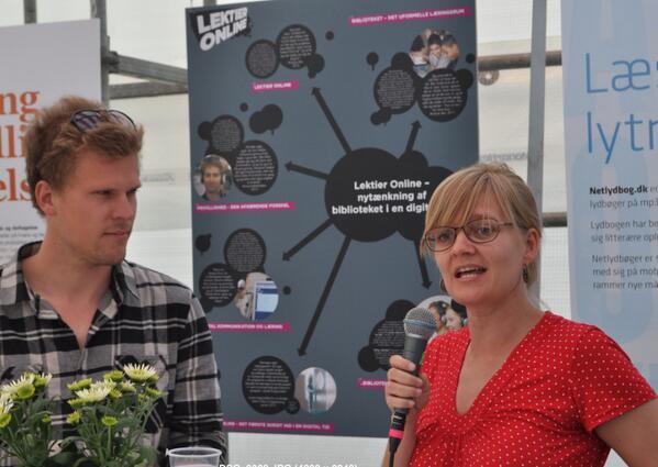 @MartinExner1 og @mariekarkov fortæller om #lektieronline i postersession på #folkemødet i #BIBZONEN #skolechat http://pic.twitter.com/SXyEAIgjAH