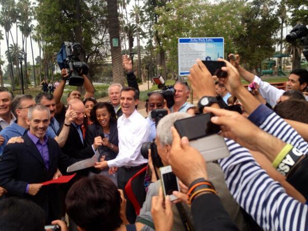 @ericgarcetti @MitchOFarrell @TomLaBonge cut the ribbon to reopen #echoparklake #echopark pic.twitter.com/7iiZEPJwO2