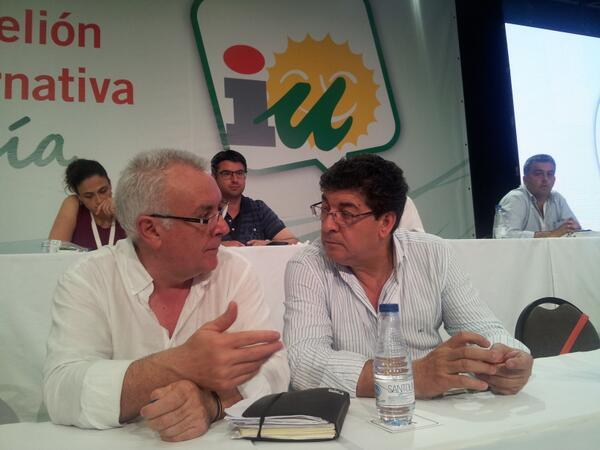.@cayo_lara y @DValderasS conversan en la mesa mientras se reparten las candidaturas #AsambleaAndaluza pic.twitter.com/1SBSgonwub