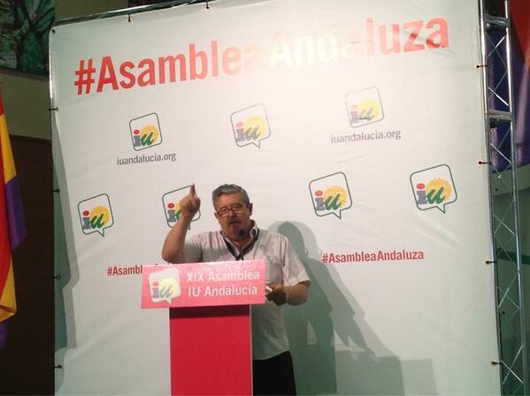 .@AntonioRomeroRu presenta su resolución arrancando aplausos del plenario #AsambleaAndaluza pic.twitter.com/ugNsOQhMvP