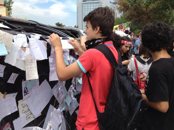 Une voiture de police reconvertie en tableau d'affichage de messages révolutionnaires, défouloir #erdogan #occupygezi pic.twitter.com/Idk2YPxkps