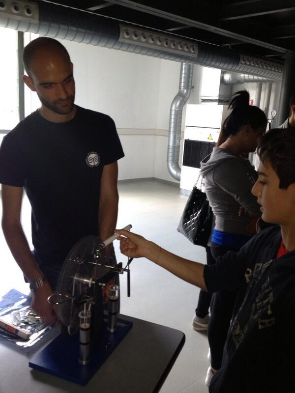 Lele sfida l'elettricità e intervista Michela Prest (Università Insubria) che spiega la macchina Wimshurst #innacqua pic.twitter.com/ZYdxnm2fpN