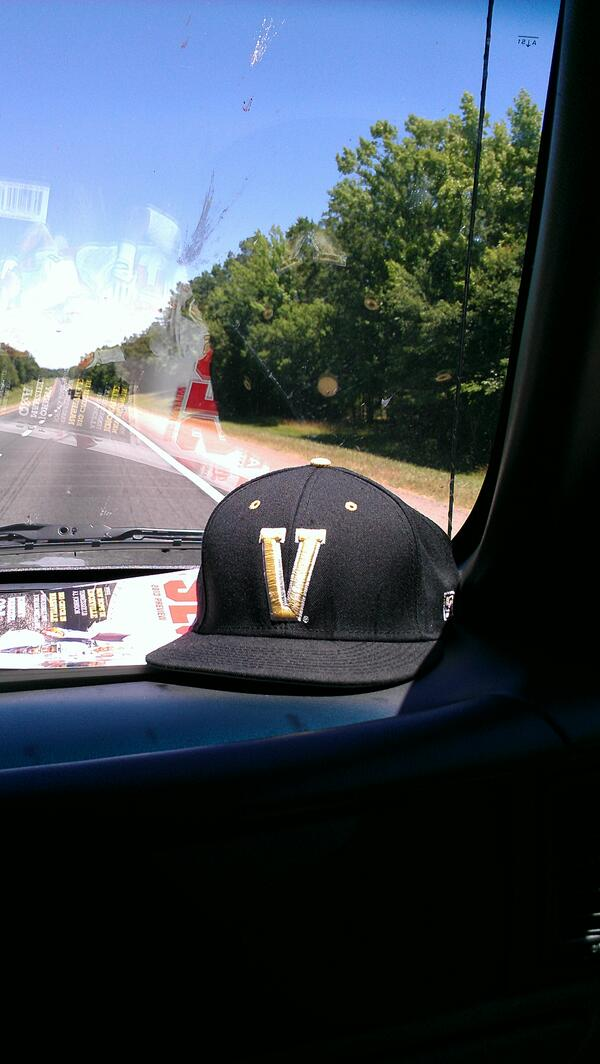 @vucommodores coming home from fla! #ANCHORDOWN #VandyBoys #Road2Omaha #CWS pic.twitter.com/pSBtWOC1pR