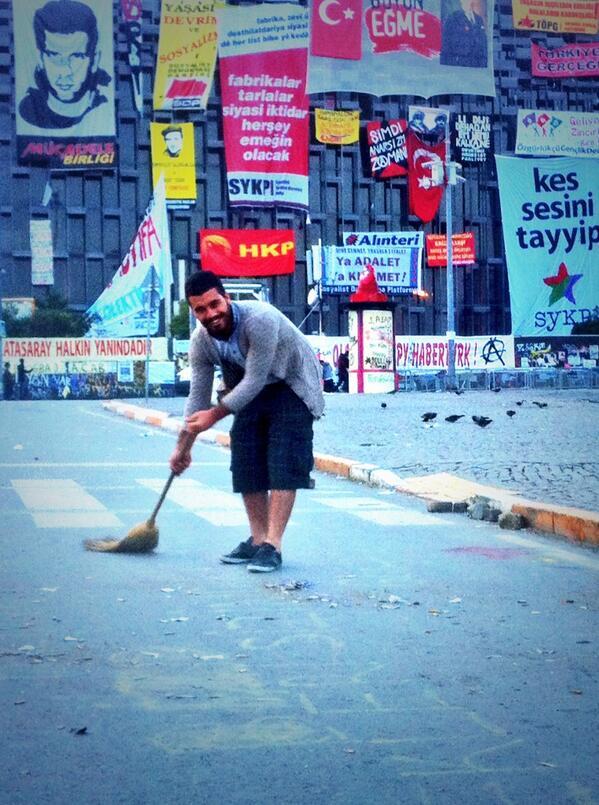 #Taksim Meydanını çalı süpürgesiyle süpürüyor bu çapulcu/chapulling @camanpour pic.twitter.com/HcCe6Xe824 via @muhsinakgun
