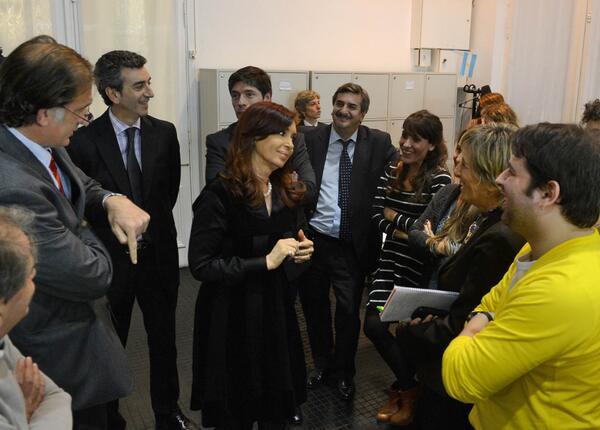 Con motivo de celebrarse este viernes el Día del Periodista. CFK saludó a los periodistas en Casa de Gobierno. pic.twitter.com/36p4L1BQWN