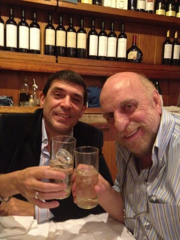 """RT """"@Ccodina: Festejando @HoracioPagani el dia del periodista en #LaRaya. Nuestras felicitaciones a todos ellos. pic.twitter.com/b1srkWvkTO"""""""