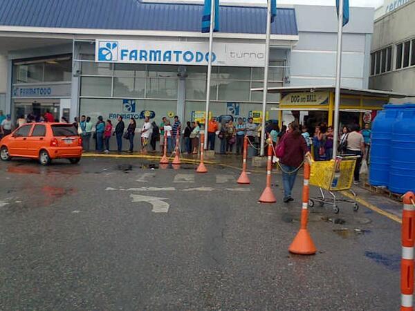 Esta gente hace cola para comprar papel sanitario y fórmulas lácteas para bebés. Que viva la Revolución! http://t.co/c1MOzDw1ka