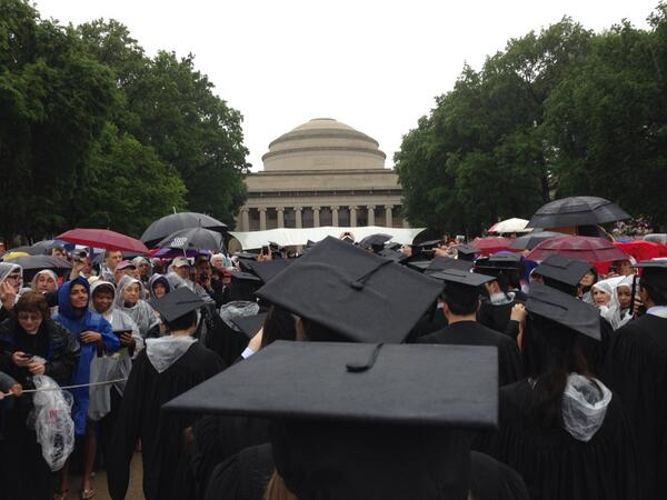 I'm entering Killian Court! Lots of family lining each side on the way in. #MIT2013 pic.twitter.com/EvKurSOkZv
