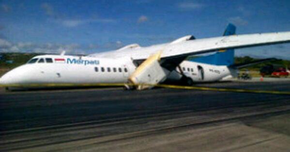 FOTO-FOTO: Pesawat Merpati Nusantara Kecelakaan di Bandara El Tari Kupang bit.ly/1042xwi pic.twitter.com/ND7Flo5Q3r