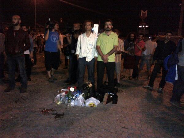A Taksim la protesta dello #standingman è contagiosa e ora sono tanti che vogliono imitarlo pic.twitter.com/ppE8zuToxd