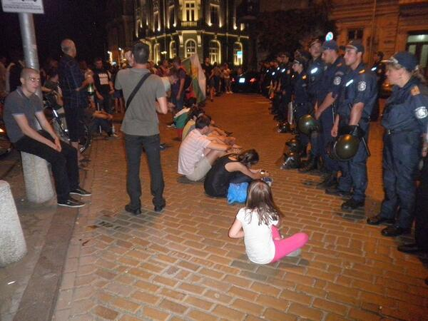 Last night Sofia, Bulgaria people in front of the Parliament // Anoche en Bulgaria, frente al congreso #ДАНСwithme pic.twitter.com/fAGhSFnBa9