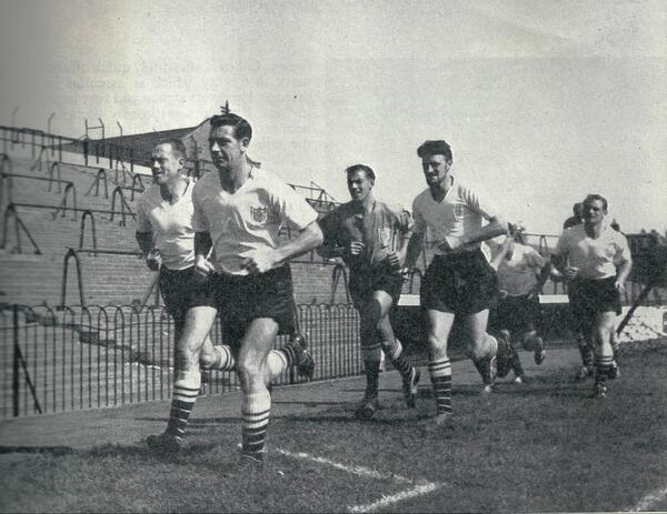 Training session at Fulham's Craven Cottage in the early 60s, with Johnny Haynes leading the way. pic.twitter.com/2t1bRF2dXz